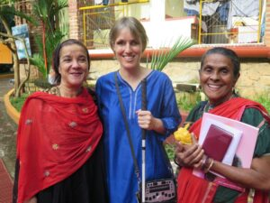 Fleur (g.l.) mit Sabriye auf dem kanthari Campus