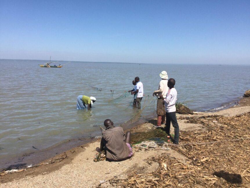 Wa Wa Kenya fischt am Victoria See