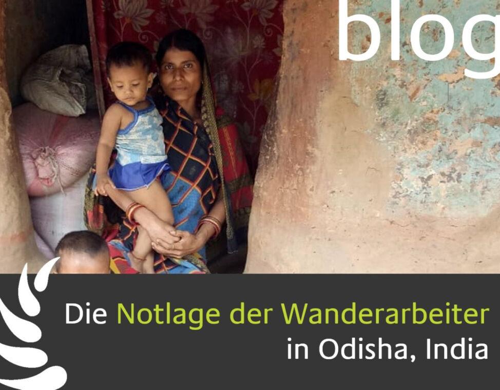 Eine Frau mit ihrem Kind auf dem Arm steht vor ihrer einfachen Hütte